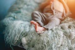 Nyfödda små ben av att sova behandla som ett barn Arkivfoton