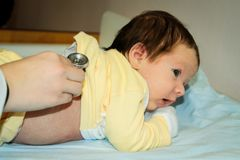 Nyfött barn med en doktor royaltyfria bilder