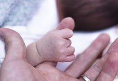 Nyfött begrepp: barn fearfully och göras fantastiskt royaltyfri fotografi