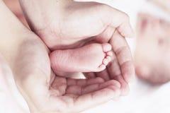 Nyfött begrepp: barn fearfully och göras fantastiskt royaltyfri bild