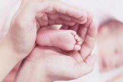 Nyfött begrepp: barn fearfully och göras fantastiskt fotografering för bildbyråer