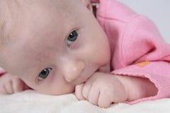 Nyfött behandla som ett barn royaltyfri bild