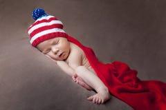 Nyfött behandla som ett barn att bära USA sjunker den stack hatten Arkivfoto