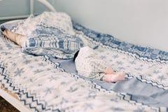 nyfött behandla som ett barn att ligga bara på säng i sjukhus arkivfoto