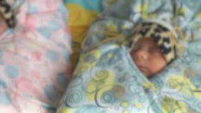 Nyfött behandla som ett barn att ligga på en medicinsk soffa close upp stock video