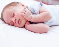 Nyfött behandla som ett barn att sova Arkivfoton