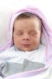 Nyfött behandla som ett barn att sova Arkivfoto