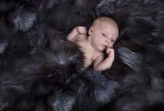 Nyfött behandla som ett barn att sova  Fotografering för Bildbyråer