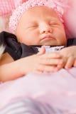 Nyfött behandla som ett barn att sova för flicka Arkivbild