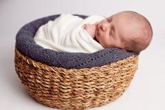 Nyfött behandla som ett barn att sova i ett härligt poserar Arkivfoto
