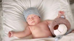 Nyfött behandla som ett barn att sova i hatt stock video