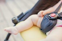 Nyfött behandla som ett barn att sova i sittvagn utomhus Litet behandla som ett barn barfota med kopieringsutrymme Royaltyfri Fotografi