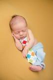 Nyfött behandla som ett barn att sova på filten Arkivfoton