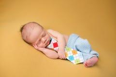 Nyfött behandla som ett barn att sova på filten Royaltyfria Foton
