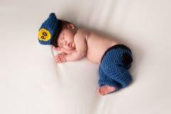 Nyfött behandla som ett barn bära en polisdräkt Royaltyfria Bilder