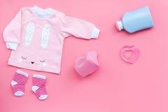 Nyfött behandla som ett barn bakgrund för ` s Kläder för liten flicka med byten på rosa utrymme för kopia för bästa sikt för bakg Royaltyfria Foton