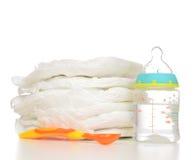 Nyfött behandla som ett barn barnbunten av blöjor som skeden behandla som ett barn matning mjölkar bot Arkivbilder