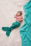Nyfött behandla som ett barn den bärande sjöjungfrudräkten för flickan royaltyfri fotografi