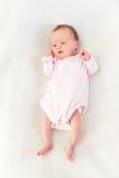 Nyfött behandla som ett barn flickan på en filt Royaltyfri Bild