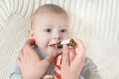 Nyfött behandla som ett barn får medicin royaltyfria bilder
