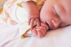 Nyfött behandla som ett barn första dagar av liv Arkivfoton