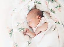 Nyfött behandla som ett barn första dagar av liv Fotografering för Bildbyråer