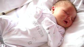 Nyfött behandla som ett barn första dagar för sömn i en barnbördshus lager videofilmer