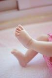 Nyfött behandla som ett barn flickafot och tår Arkivbild