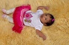 Nyfött behandla som ett barn flickalooks in i kameran Arkivbilder