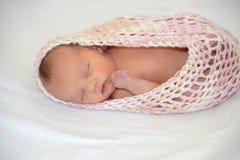 Nyfött behandla som ett barn flickan arkivfoton