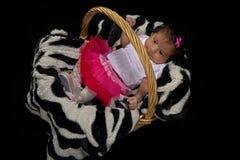 Nyfött behandla som ett barn flickan i en korg Royaltyfri Foto