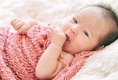 Nyfött behandla som ett barn flickan som ler i en dröm som är nyfödd behandla som ett barn flickan är sömn Arkivfoto
