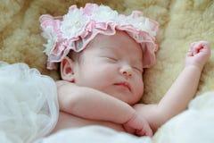 Nyfött behandla som ett barn flickan som ler i en dröm som är nyfödd behandla som ett barn flickan är sömn Royaltyfri Bild