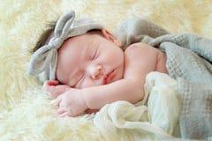 Nyfött behandla som ett barn flickan som ler i en dröm som är nyfödd behandla som ett barn flickan är sömn Royaltyfria Foton