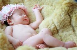 Nyfött behandla som ett barn flickan som ler i en dröm som är nyfödd behandla som ett barn flickan är sömn Arkivbild