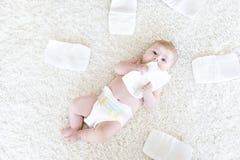 Nyfött behandla som ett barn flickan med blöjor Torr hud och barnkammare Royaltyfria Foton