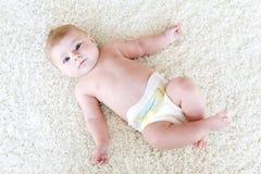 Nyfött behandla som ett barn flickan med blöjor Torr hud och barnkammare Royaltyfri Fotografi