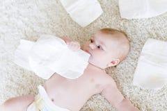 Nyfött behandla som ett barn flickan med blöjor Torr hud och barnkammare Fotografering för Bildbyråer