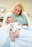 Nyfött behandla som ett barn flickan med modern i sjukhus Royaltyfria Bilder