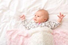 Nyfött behandla som ett barn flickan på hennes filt royaltyfri fotografi