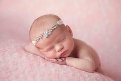 Nyfött behandla som ett barn flickan som bär en bergkristallhuvudbindel Royaltyfria Bilder