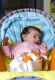 Nyfött behandla som ett barn flickan som ner ligger Arkivfoto