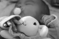 Nyfött behandla som ett barn flickan som rätt sover efter leverans Arkivbilder
