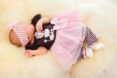 Nyfött behandla som ett barn flickan som sovar på ludd Royaltyfria Bilder