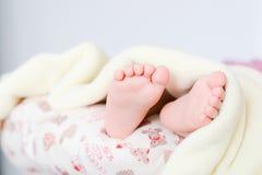 Nyfött behandla som ett barn fot under filten Fotografering för Bildbyråer