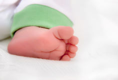 Nyfött behandla som ett barn foten Arkivfoto