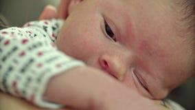 Nyfött behandla som ett barn gäspningCloseupskuldran Tatoo stock video