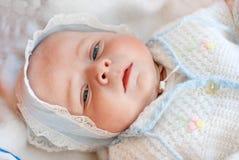 Nyfött behandla som ett barn gammala få timmar för pojken endast Royaltyfri Bild