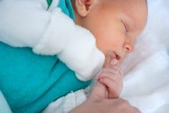 Nyfött behandla som ett barn gammala få timmar för pojken endast Royaltyfria Foton