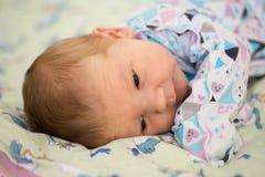Nyfött behandla som ett barn i armarna av mamman, farsa Stora händer av modern, fathe Royaltyfria Bilder